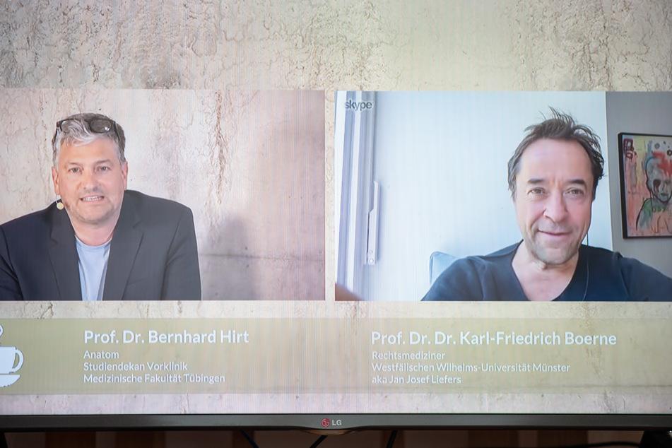 """Bernhard Hirt (l), Professor für Anatomie und Direktor des Instituts für Klinische Anatomie und Zellanalytik an der Eberhard Karls Universität in Tübingen (l), und Schauspieler Jan Josef Liefers unterhalten sich im """"Frühstücksfernsehen"""" der Universität Tübingen."""