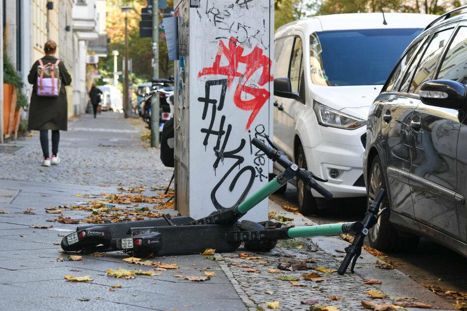 Häufig liegen auf den Berliner Gehwegen E-Roller achtlos herum. Diesem Ärgernis soll nun ein neues Gesetz entgegenwirken.