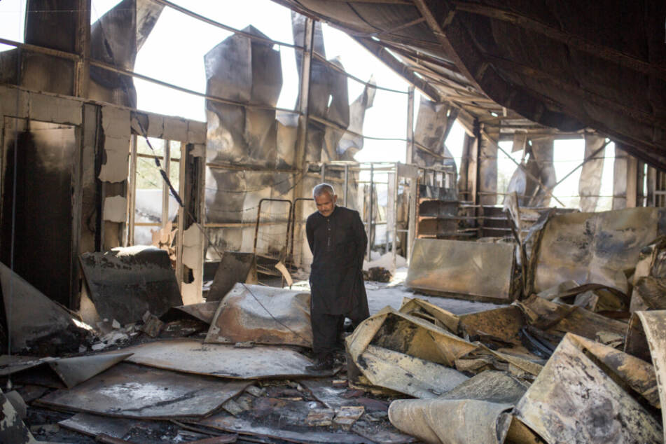 Ein Mann geht im September zwischen den Überresten des ausgebrannten Flüchtlingslagers Moria umher. Mehrere Brände haben das Lager fast vollständig zerstört.