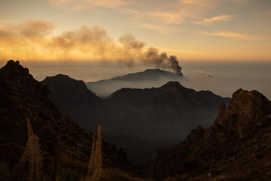 Der Vulkan Cumbre Vieja ist von der Erhebung Roque de los Muchachos aus zu sehen und stößt Rauch aus.