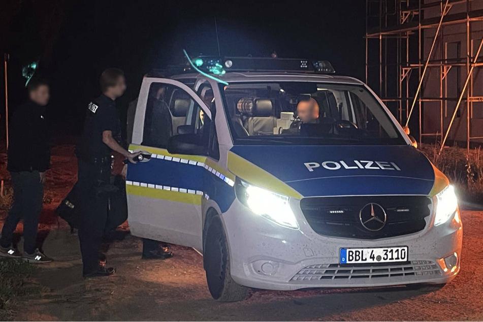 In der Nähe eines brennenden Rohbaus hat die Polizei einen Tatverdächtigen festgenommen.