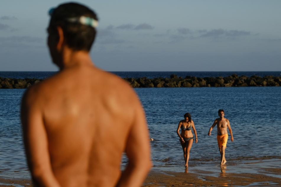 Wenige Menschen baden am Strand La Teresita, als die Bundesregierung die Kanaren wegen steigender Infektionszahlen als Risikogebiet einstuft.