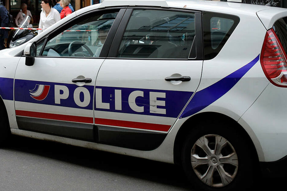 Ein Auto der Polizei steht auf einer Straße in Paris. (Symbolbild)