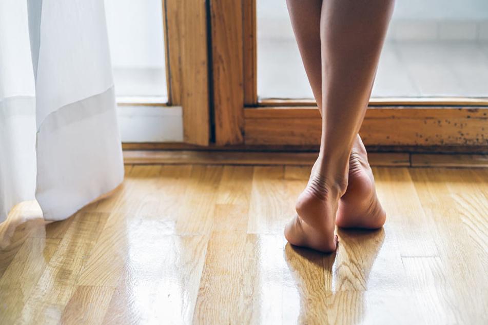 Nackte Füße sind gut für das Gleichgewicht und gegen falsche Körperhaltung. (Symbolbild)