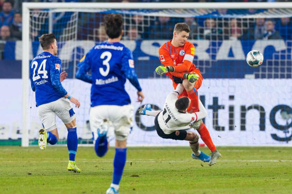 Autsch! Schalkes Keeper Alexander Nübel (Re.) kracht mit gestrecktem Bein gegen Eintrachts Mijat Gacinovics Brustkorb.