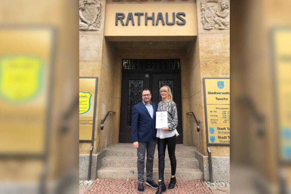 Tauchas Bürgermeister Tobias Meier überreichte der 28-Jährigen die Urkunde als Botschafterin der Stadt.