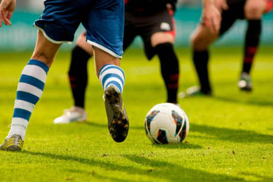 Am Rande eines Fußballturniers ist es zu einer Massenschlägerei gekommen. (Symbolbild)