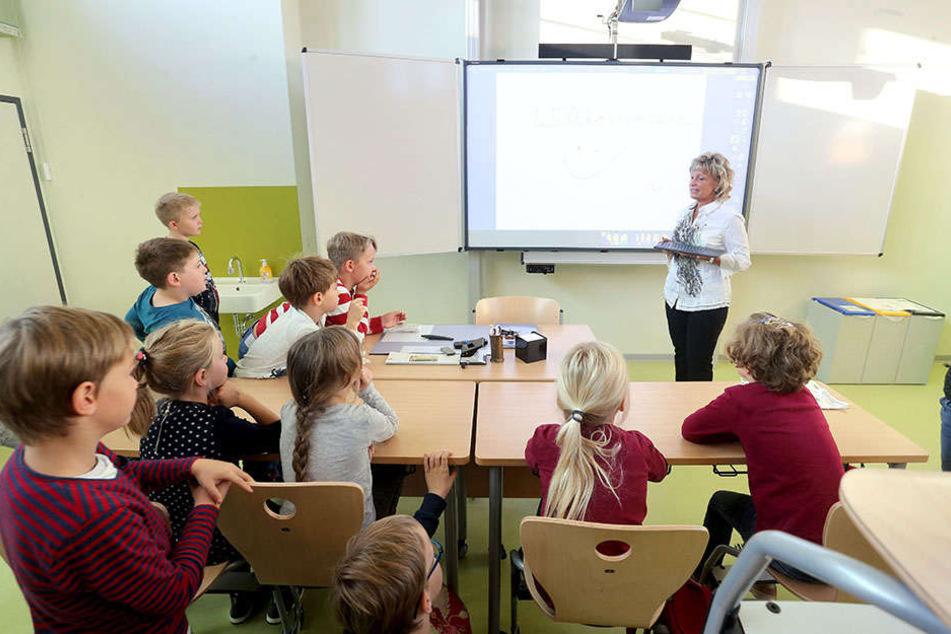 Klassenlehrerin Kerstin Schwarz (55) mit der 2a in den neuen Räumen.
