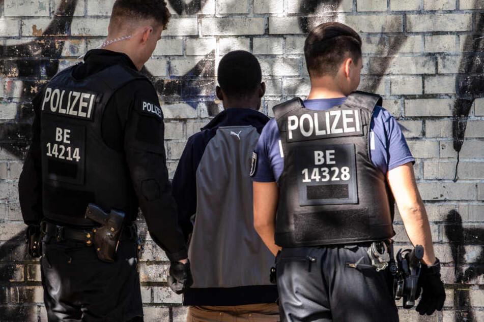 Polizeibeamte kontrollieren im Görlitzer Park einen mutmaßlichen Drogendealer.