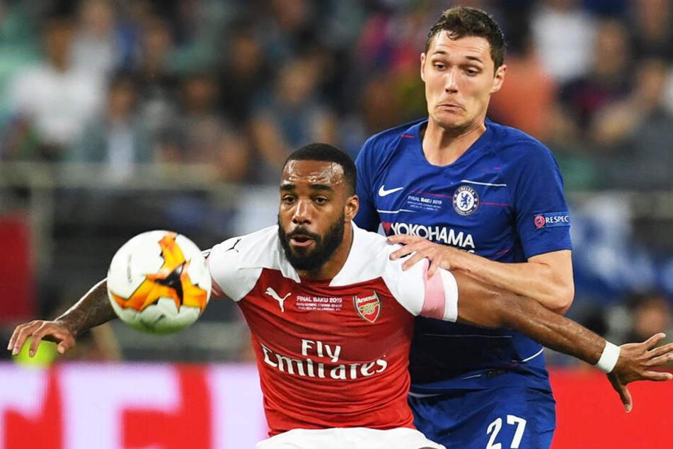 Arsenals Stürmer Alexandre Lacazette (l.) im Duell mit Chelseas Innenverteidiger Andreas Christensen, der früher für Borussia Mönchengladbach in der 1. BUndesliga spielte.