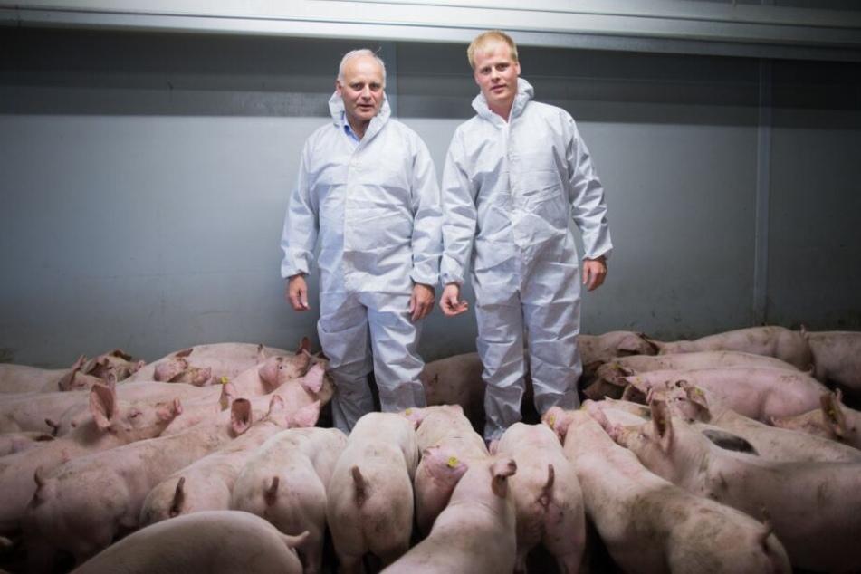 Der Bundestagsabgeordnete Johannes Röring (CDU) steht neben seinem Sohn Christian, der den Schweinemastbetrieb führt.