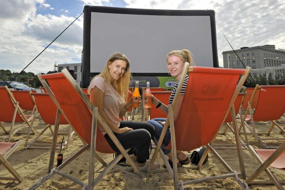 Michelle Bundrock und Maxi Richter (beide 19) freuen sich auf das Sommerkino am Uferstrand.