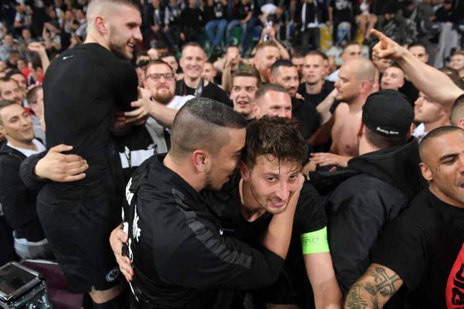 Nach dem 2:0-Sieg gegen Benfica und dem Erreichen des Europa-League-Halbfinales gab es bei der Eintracht kein Halten mehr.