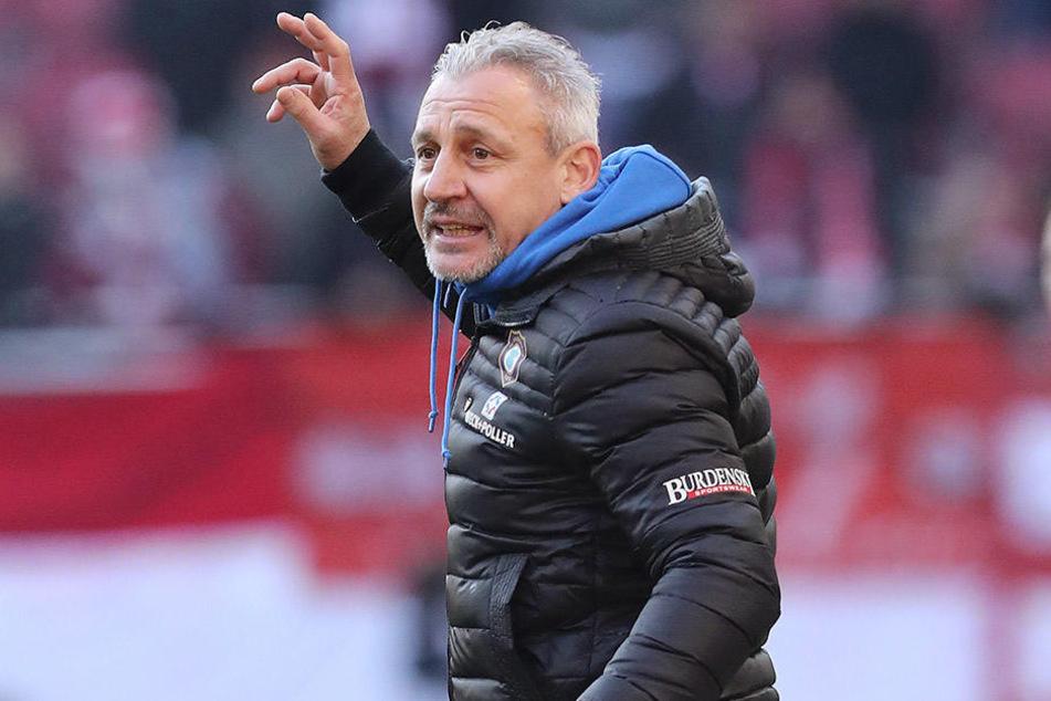 Trainer Pavel Dotchev gibt kritische Anweisungen an sein Team. Mit Vorliebe an Adam Susac.