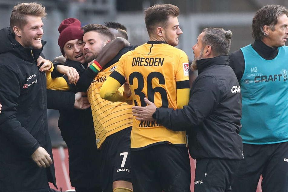 Riesen-Freude! Dynamo-Kicker Niklas Kreuzer (3.v.l.) feiert seinen Treffer zum zwischenzeitlichen 0:1 mit seinen Teamkollegen am Spielfeldrand.