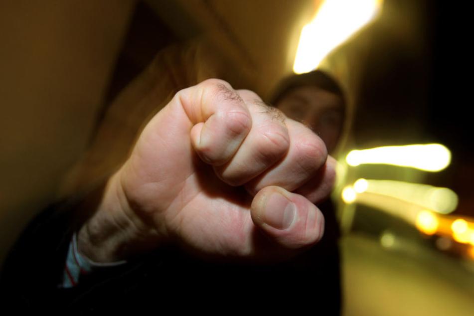Nach einem kurzen Streit schlug der Unbekannte dem 26-Jährigen ins Gesicht. (Symbolbild)