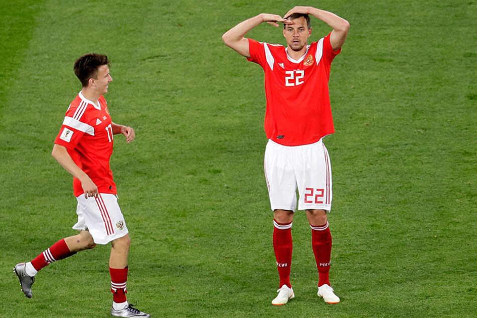 Artem Dzyuba (rechts) trifft zum 3:0 und salutiert.