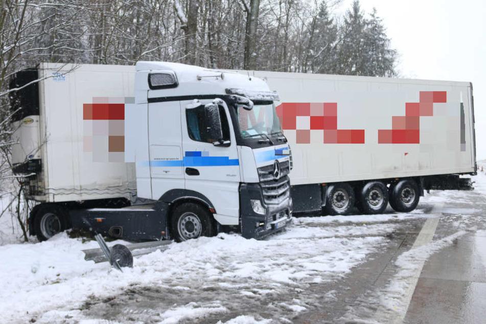 Lkw steckt nach Unfall auf Leitplanke fest