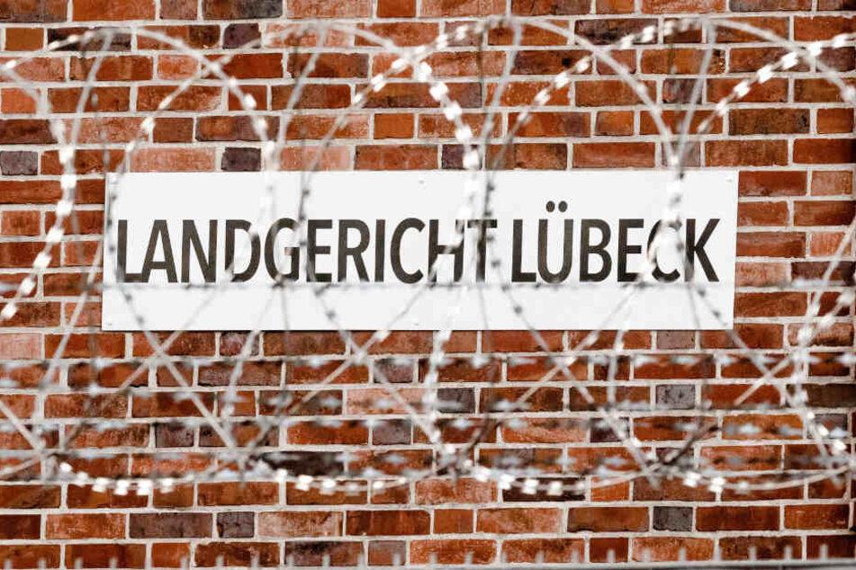 Ein Stacheldrahtzaun schützt das Landgericht Lübeck, vor dem der Fall verhandelt wurde.