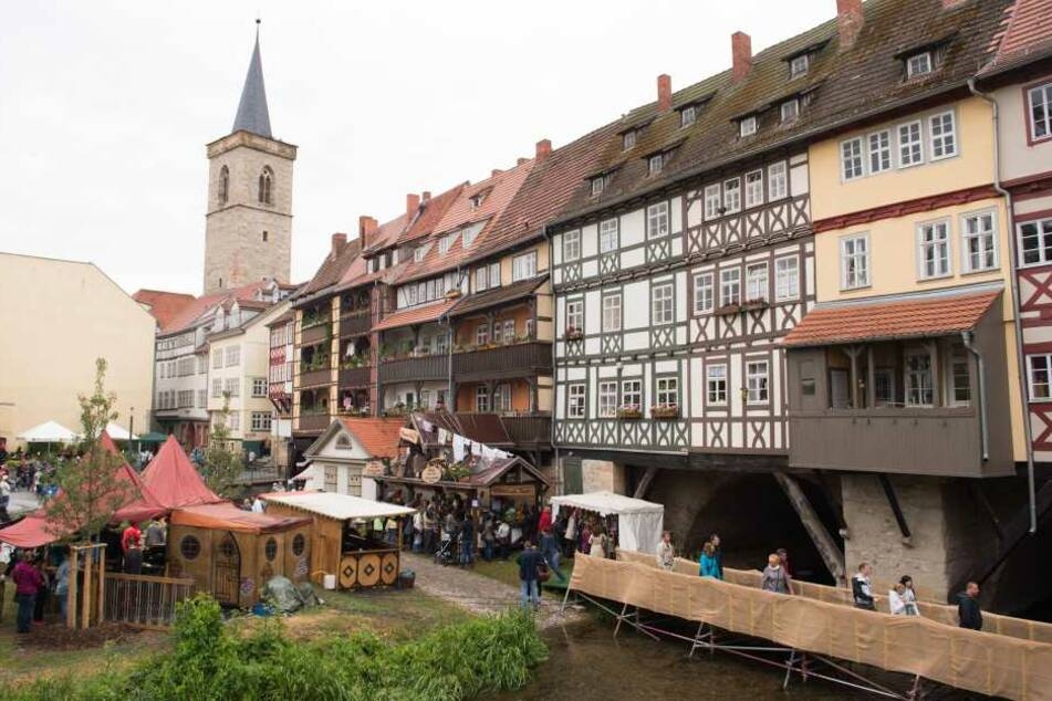 Direkt an der Krämerbrücke lädt ein kleiner Weihnachtsmarkt zum Verweilen ein.