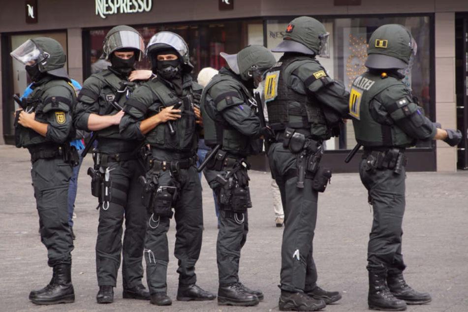 """Zahlreiche Polizisten waren im Einsatz, da es bei vergangenen """"Demos für alle"""" Ärger mit der linken Szene gab."""