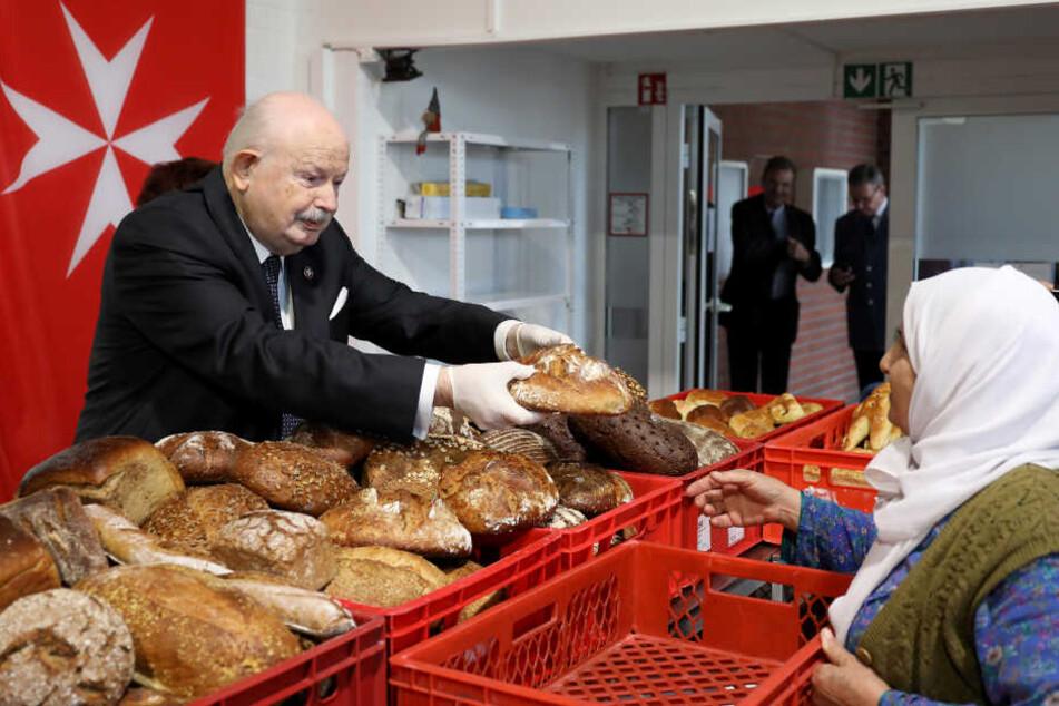 Der Großmeister des Malteserordens verteilte Brot an ärmere Menschen.