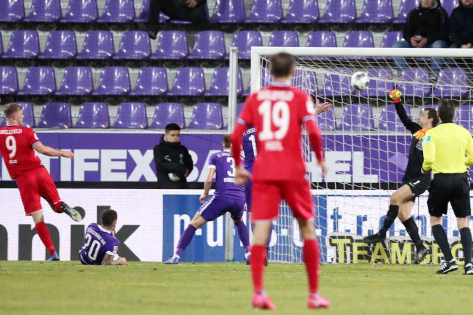 Mit dieser starken Parade nach dem Kopfball von Fabian Klos (l.) rettete Martin Männel seinen Veilchen das Unentschieden gegen Bielefeld.