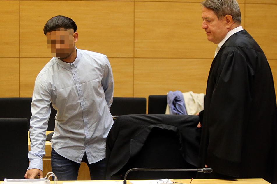 Dem 21-jährigen Angeklagten (li.) wird versuchter Totschlag vorgeworfen.