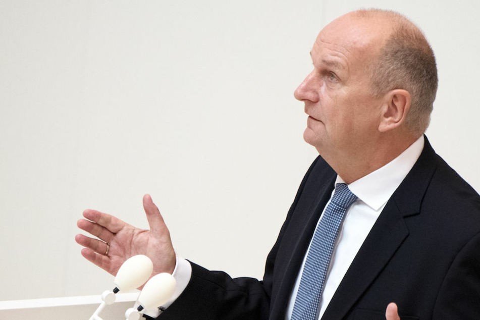 Die AfD fordert von Brandenburgs Ministerpräsident Dietmar Woidke (56, SPD) die Entlassung seiner Gesundheitsministerin.