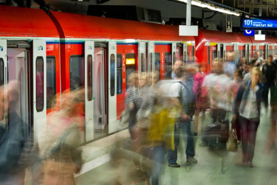 Psychisch Kranker prügelt zwei Passanten an U-Bahn-Station fast zu Tode!
