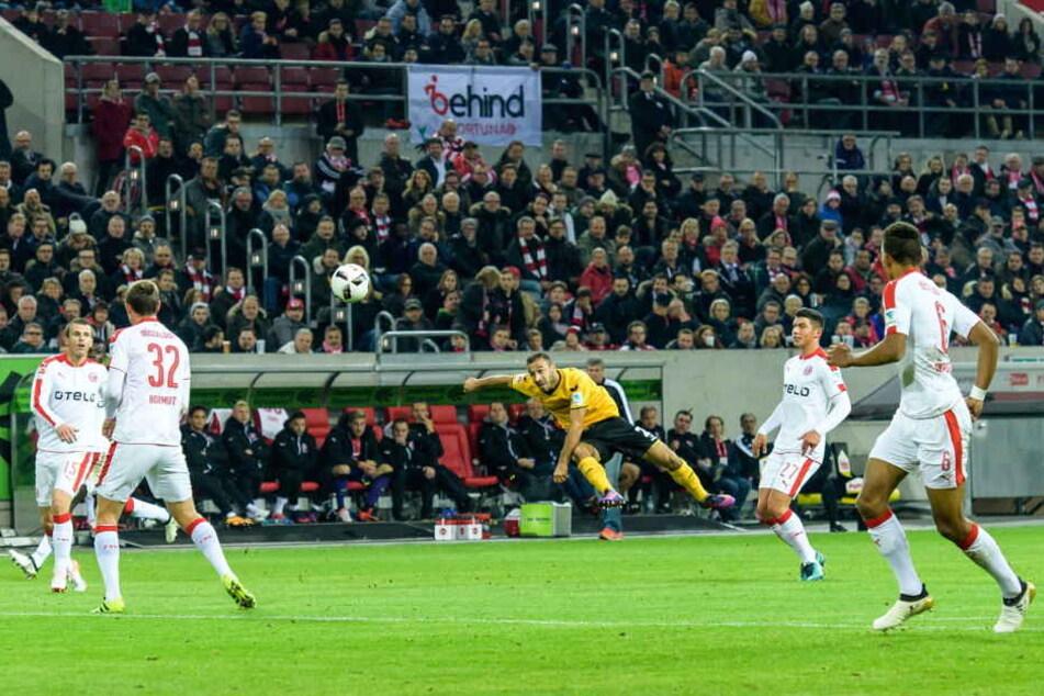 Hier zieht Akaki Gogia zu seinem Traumtor in Düsseldorf ab.