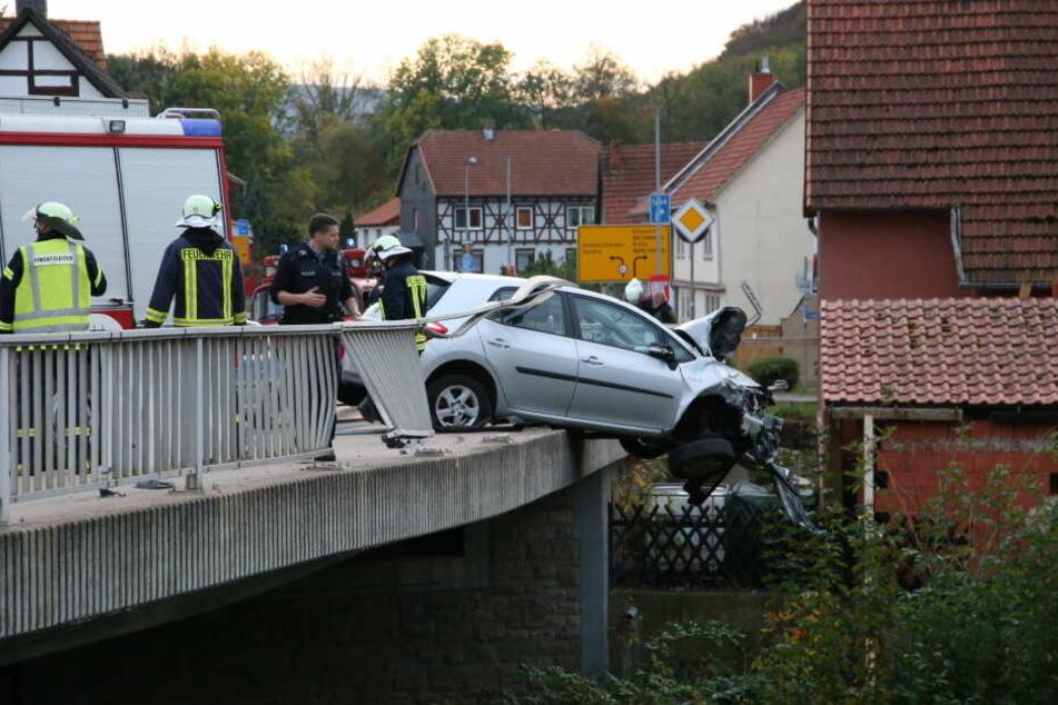Nur ein Stahlseil der Brücke hielt das Auto in der Luft.
