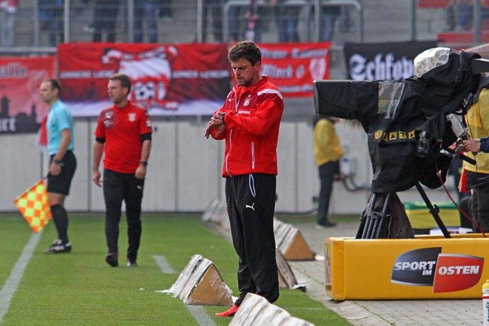 """FSV-Trainer Torsten Ziegner blickt auf die Uhr:""""Es ist fünf vor zwölf!"""""""