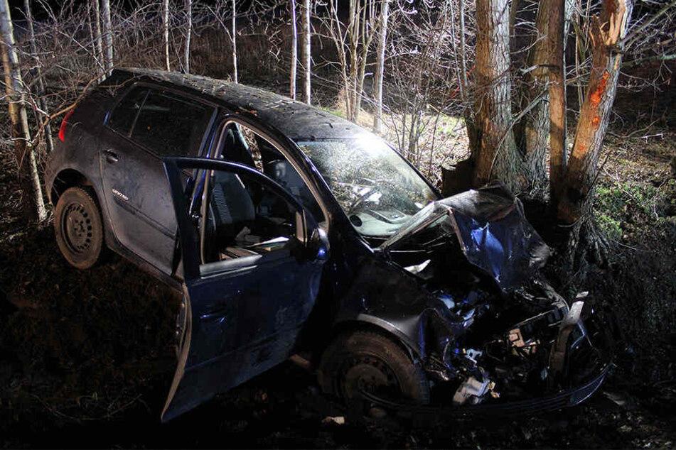 Der VW Golf ist völlig demoliert. Beide Insassen waren alkoholisiert unterwegs.