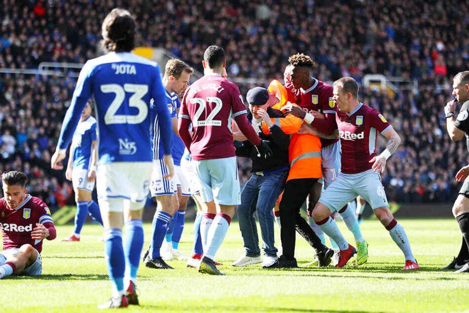 Von hinten niedergeschlagen: Aston-Villa-Kapitän Jack Grealish (l.) wurde im hitzigen Derby von einem Zuschauer attackiert.