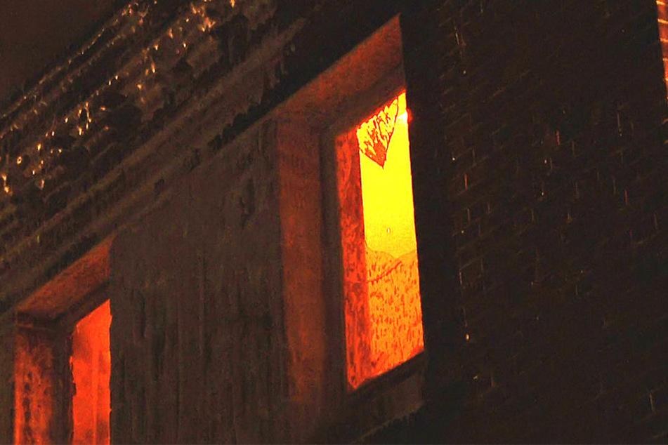 Aus dem Nebengebäude der ehemaligen Produktion schlugen Flammen.