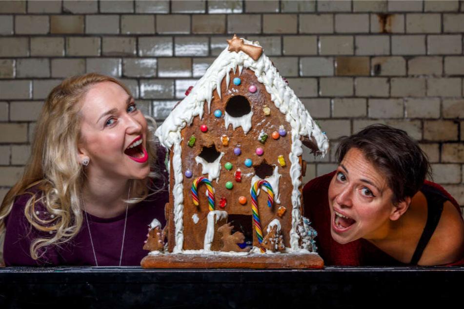 """Die Sängerinnen Laila Salome Fischer (32, r.) und Steffi Lehmann (39) proben an diesem leckeren Modell schon mal das Anknuspern für """"Hänsel & Gretel""""."""
