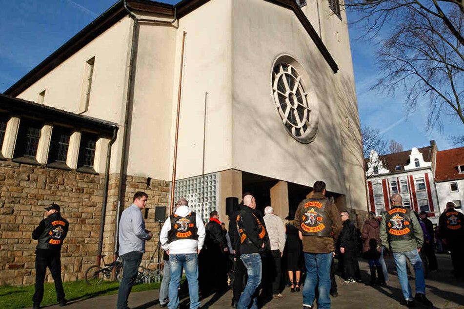 """Vor der Herner Herz-Jesu-Kirche versammelten sich Hunderte Trauernde, darunter zahlreiche """"Bandidos""""-Rocker."""