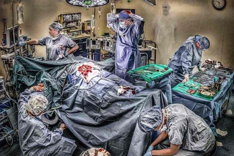 So sieht unser Alltag aus, schreibt die Ärztin unter dieses Bild. Ein völlig erschöpftes Team kämpft um das Leben eines angeschossenen Mannes.