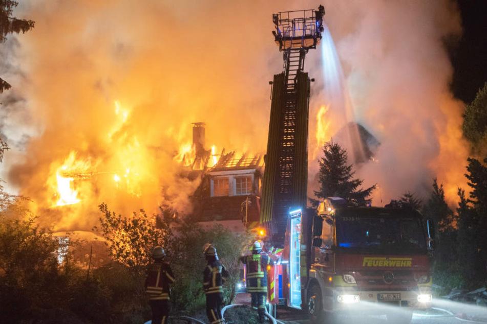 Die Flammen schlagen meterhoch aus dem brennenden Haus.