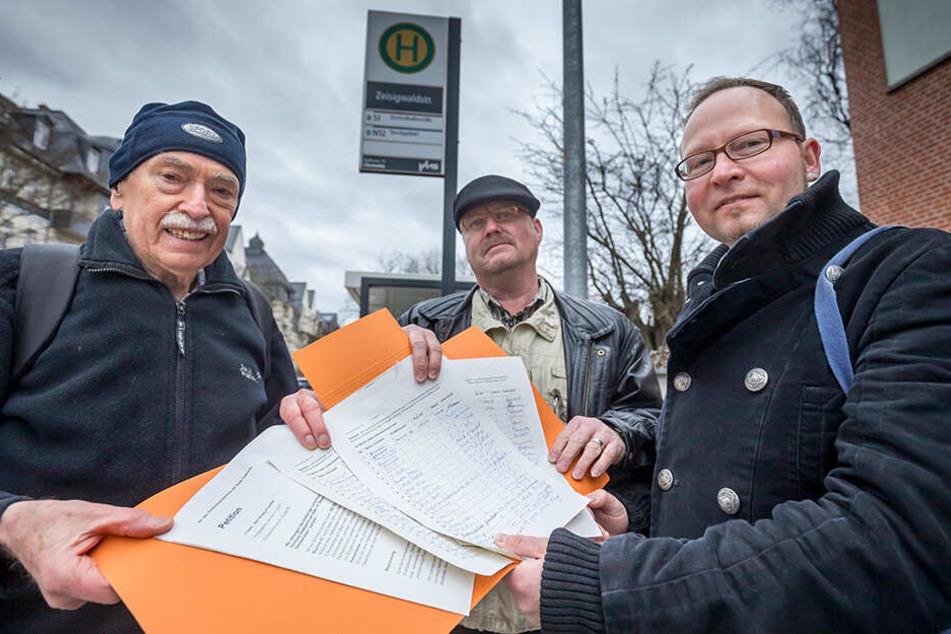 Sammeln fleißig Unterschriften: Anwohner Wolfgang Altmann (79, v.l.), Robby Franke (53) und Stadtrat Andreas Wolf-Kather (43, VOSI/Piraten).
