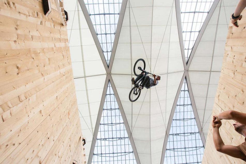 Radprofis zeigen ihr können am Münchner Flughafen.