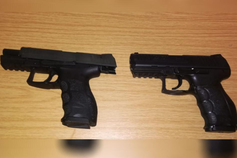 Links die Schreckschuss-, rechts die Dienstwaffe. Die Ähnlichkeit ist erschreckend.