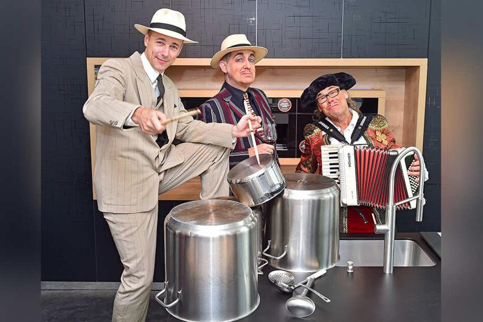 "Firebirds-Musiker Guido Gentzel (v.l.), ""Pate"" Bert Callenbach und ""Handlanger"" Joachim Lippmann trommeln fürs neue Mafia-Mia-Dinner ""Viva Espana""."
