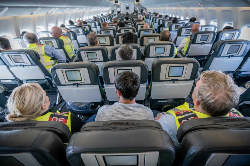 """Zwei Polizeibeamte begleiten als """"Escort"""" einen Afghanen auf dem Flug von Leipzig nach Kabul in einem Charterflugzeug."""