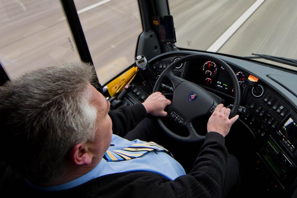 Busfahrer verhindert schweren Unfall und befreit Fahrgäste