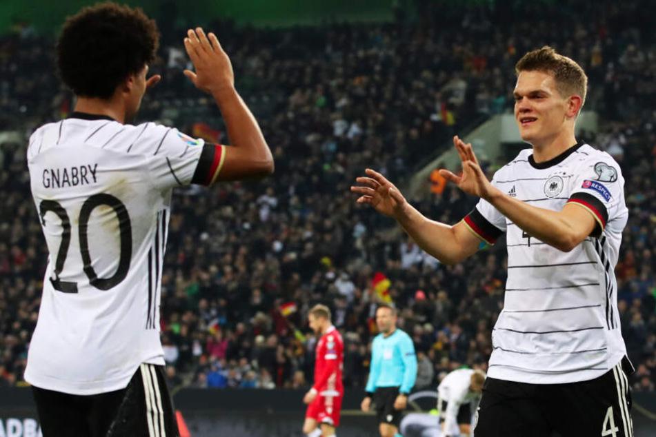 Matthias Ginter (r.) wurde vor Serge Gnabry zum DFB-Nationalspieler des Jahres 2019 gewählt.