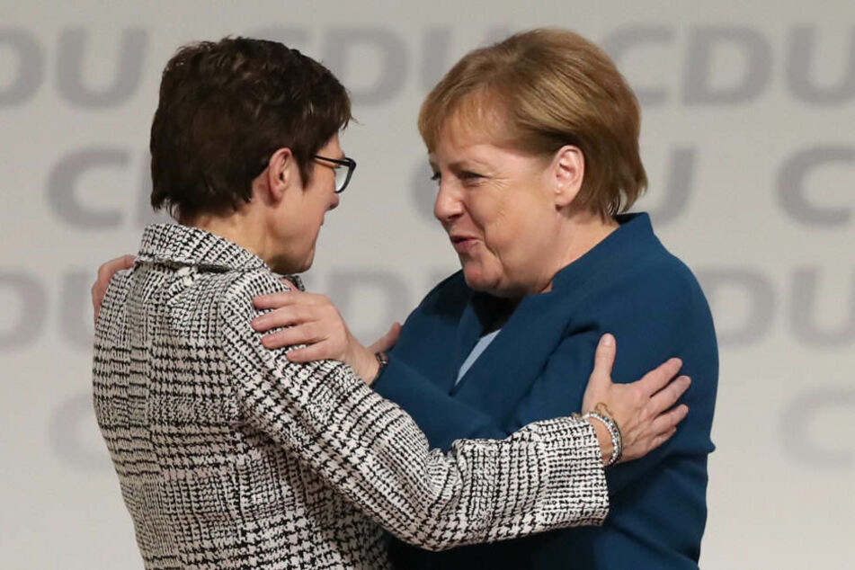 Angela Merkel gratuliert Annegret Kramp-Karrenbauer zum Wahl-Sieg.