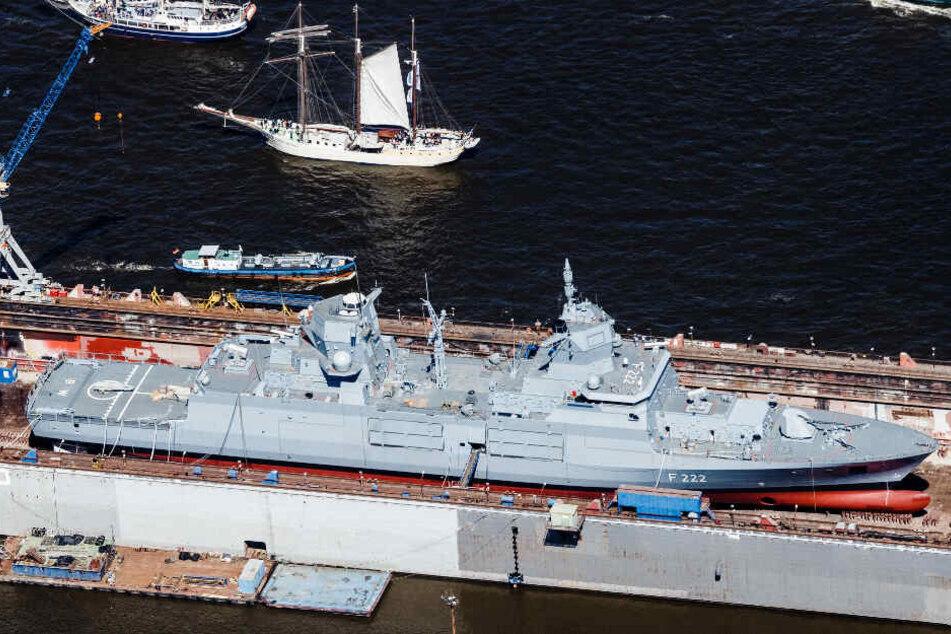 Blohm + Voss kennt sich mit dem Bau von Marineschiffen aus. Eine Fregatte liegt im Dock der Werft in Hamburg. (Archivbild)