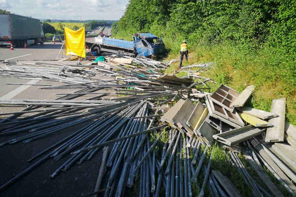 Lastwagen überschlägt sich auf A81! Beifahrer stirbt